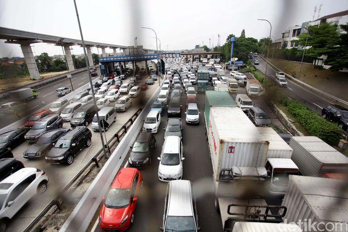 Kemacetan parah terjadi di gerbang Tol Cililitan, Jakarta, Selasa (31/10).