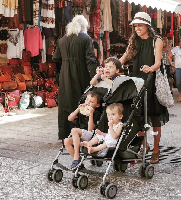 Keluarga ini telah mengunjungi berbagai negara di dunia. Seperti Italia, Islandia, Denmark, Yunani dan beberapa negara lainnya di berbagai benua. (Instagram/FiveTakeFlight)
