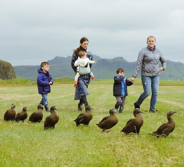 Five Take Flight juga pernah membuka lowongan untuk menjadi Nanny atau pengasuh anak. Tidak disangka, banyak orang yang mencoba melamar pekerjaan tersebut. Terpilihlah seorang wanita Islandia bernama Alexandra (Instagram/FiveTakeFlight)