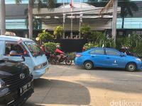 Suasana lalin di depan Hotel Alexis pagi ini