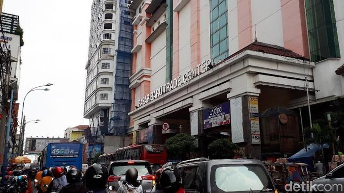 Sepinya pengunjung tidak hanya terjadi di pusat-pusat perbelanjaan di Jakarta. Pasar Baru Bandung juga mulai ditinggal oleh para pembeli.