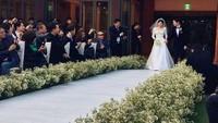 Song Joong Ki dan Song Hye Kyo tampak memasuki area pernikahan melewati deretan tamu. (Dok. Instagram/4ever_kikyo)