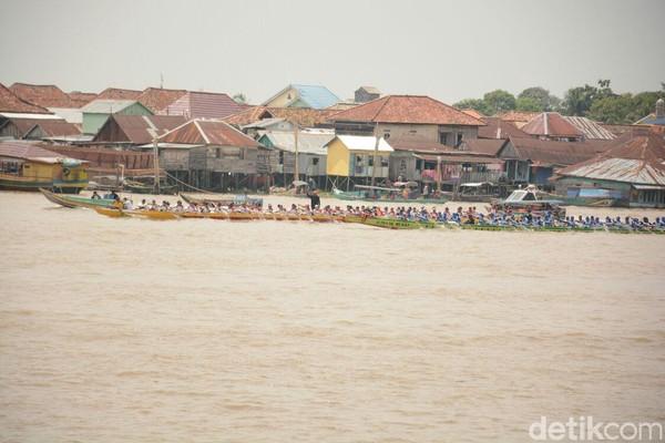 Dengan perahunya, mereka beradu cepat di atas Sungai Musi. Berbagai perwakilan dari tingkat kecamatan hadir di sini (Raja Adil/detikTravel)