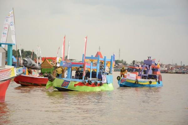 Rupanya puluhan kapal hias ini menghiasi Sungai Musi dalam rangka mengikuti lomba bidar dan perahu hias. Ini merupakan tradisi tahunan yang dilangsungkan di Kota Palembang. (Raja Adil/detikTravel)