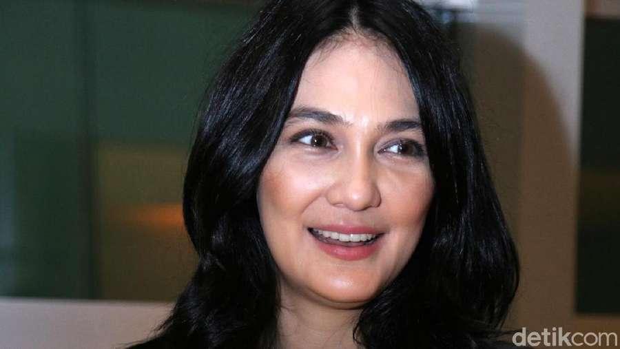 Tampil Kasual, Luna Maya Manis Banget