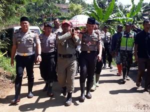 Polisi Tandu Jenazah Korban Longsor Rancabali ke Kuburan