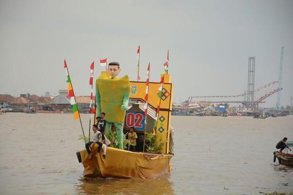 Event tahunan ini selalu dinanti-nantikan oleh warga Palembang. Masyarakat sekitar akan beradu kreatifitas dalam menghias perahu dan adu kecepatan. (Raja Adil/detikTravel)