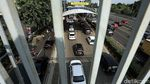 Harus Pakai e-Money, Kendaraan Mengular di Pintu Tol Lenteng Agung