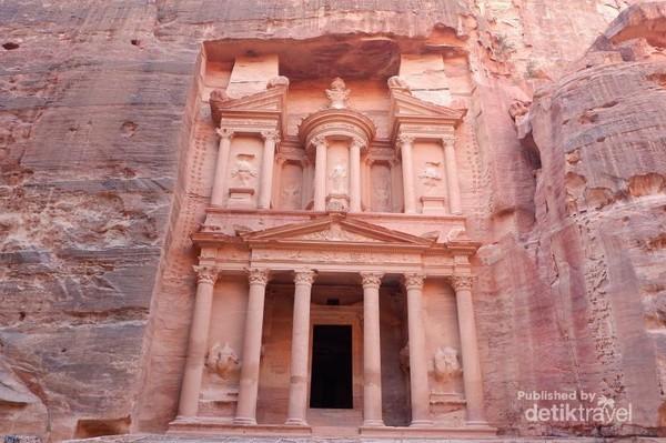 Petra dikenal juga dengan nama Raqmu atau kerap disebut juga sebagai Kota Mawar karena warna batu pahatan yang menyerupai bunga cantik tersebut. Lokasinya berada di sisi selatan Yordania, atau berjarak sekitar empat jam perjalanan dari ibu kota Amman. (globehopping_howie/Instagram)