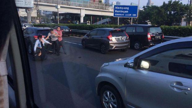 Tak Terima Disalip, Pengendara Ini Berkelahi di Tol Dalam Kota Jakarta