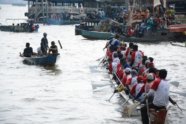 Masyarakat Palembang pun berbondong-bondong datang untuk menyaksikan tradisi di sungai Musi ini. Ramai banget (Raja Adil/detikTravel)