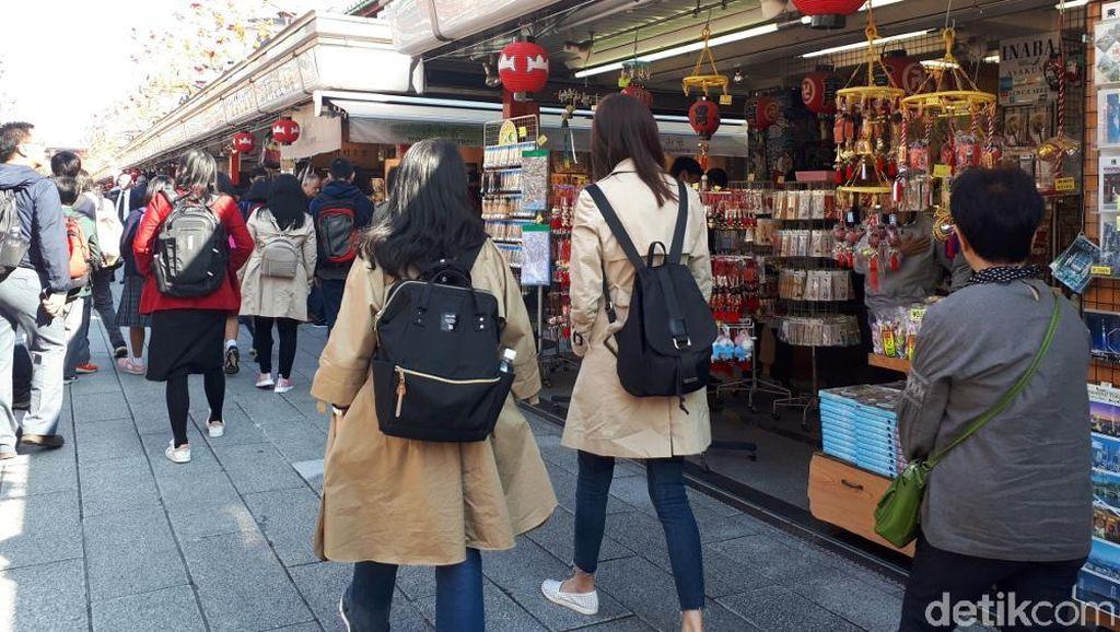 Foto: Pusat Oleh-oleh di Kuil Tertua Jepang Saja Pakai CCTV