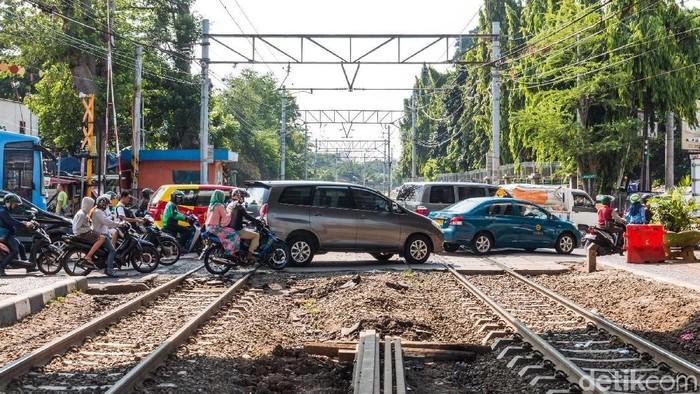 Perlintasan sebidang kereta api di Jalan KH Mas Mansyur, Tanah Abang, Jakarta Pusat rencananya akan segera ditutup. Hal ini karena perlintasan tersebut dianggap berbahaya.