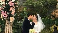 Mmuuah..Ciuman mesra Song Joong Ki kepada istri sahnya itu. (Dok. Instagram)