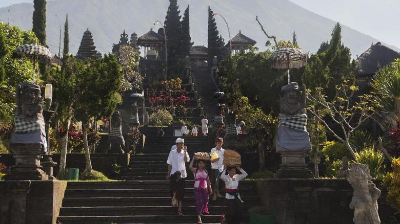 Umat Hindu membawa sesajen saat persembahyangan Hari Raya Galungan di tengah situasi aktifitas Gunung Agung pada level siaga di Pura Besakih, Karangasem, Bali, Rabu (1/11). Sebagian warga Besakih masih berada di pengungsian bersama warga dari lima desa lainnya karena masuk kawasan rawan bencana di radius 7,5km namun kawasan Pura Besakih telah dinyatakan aman setelah status gunung tersebut diturunkan dari awas ke siaga. ANTARA FOTO/Nyoman Budhiana/pras/17.