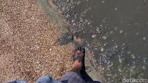 Hitam dan Bau, Air Laut Pantai Wates Rembang Juga Bikin Gatal