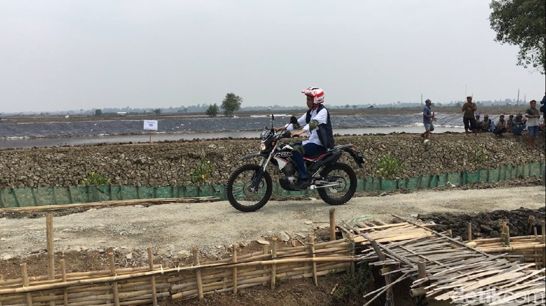 Foto: Jokowi Tunggangi Motor Trail di Bekasi