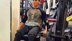 Meski sudah memiliki anak, deretan seleb pria ini masih bisa memelihara otot tubuhnya dengan rajin olahraga. Siapa saja mereka?