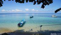 Bersantai menikmati pemandangan laut di Pulau Hatta (Syanti/detikTravel)