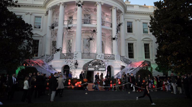 Gedung Putih di AS, 31 Oktober kemarin dibuat berhantu dalam rangka merayakan Halloween. Dekorasinya pun unik dan menarik! (Carlos Barria/Reuters)