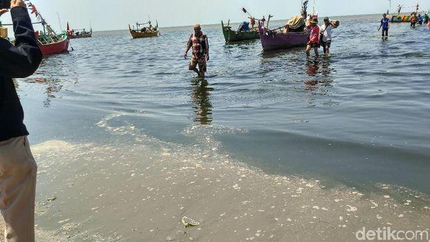 Air laut di Pantai Wates Rembang hitam dan bau busuk.
