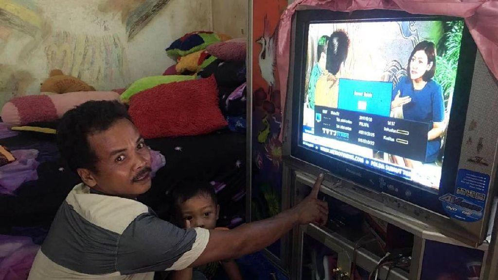 Senangnya Warga Desa di Kalsel Nonton TV Tak Lagi Pakai Genset