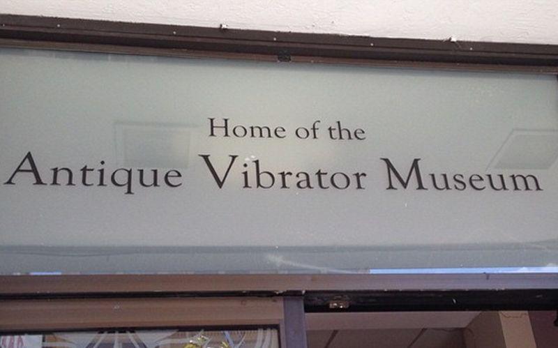 Adalah Antique Vibrator Museum, yang berisi koleksi tentang vibrator atau alat bantu seks. Isi koleksinya pun terbilang unik (Instagram/thechinacatsunflower)