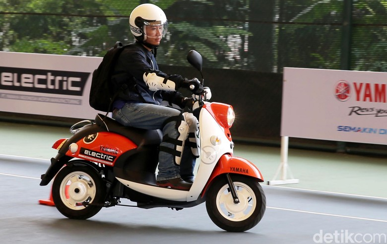 motor listrik Yamaha E-Vino Foto: Agung Pambudhy