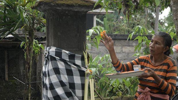 Umat Hindu membawa sesajen untuk persembahyangan saat Hari Raya Galungan di Padmasana posko pengungsian GOR Swecapura, Klungkung, Bali, Rabu (1/11). Sejumlah pengungsi beragama Hindu memilih merayakan Hari Raya Galungan yang merupakan hari kemenangan kebenaran (Dharma) atas kejahatan (Adharma) di posko pengungsian karena tempat tinggalnya masuk kawasan rawan bencana Gunung Agung yang saat ini berstatus Siaga. ANTARA FOTO/Fikri Yusuf/pras/17