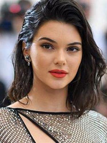 Rayakan Ultah ke-22, Kendall Jenner Pakai Boots Rp 134 Juta