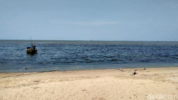 Air laut berwarna hitam di Pantai Wates, Rembang.
