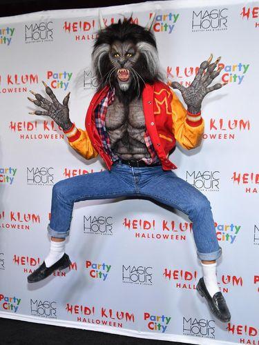 Heidi Klum bertransformasi menjadi manusia serigala untuk Halloween 2017.