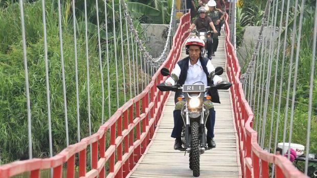 residen Jokowi naik motor trail saat meninjau tambak udang dan ikan bandeng di Muara Gembong, Bekasi.