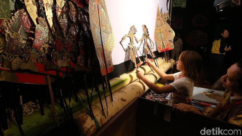 Keseruan Siswa Bule Belajar Main Wayang Kulit
