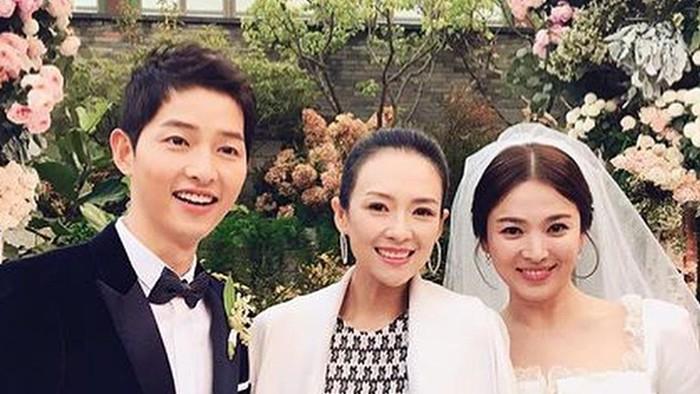 Song Joong Ki dan Song Hye Kyo foto bersama aktris Zhang Ziyi. Foto: Instagram/allkdrama