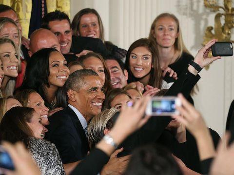 Barack Obama saat selfie bersama tamu di Gedung Putih.