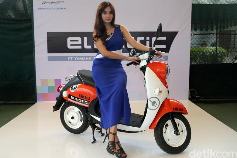 """PT. Yamaha Indonesia Motor Mfg. (YIMM) menggelar konferensi pers """"Market Trial"""" sepeda motor listrik Yamaha di kawasan Kuningan, Jakarta, Rabu 1 November 2017. Acara ini diadakan dalam rangka memperkenalkan sekaligus uji coba motor listrik Yamaha."""