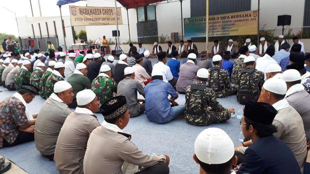 Warga Menggelar Doa Bersama di Pabrik Kembang Api yang Meledak