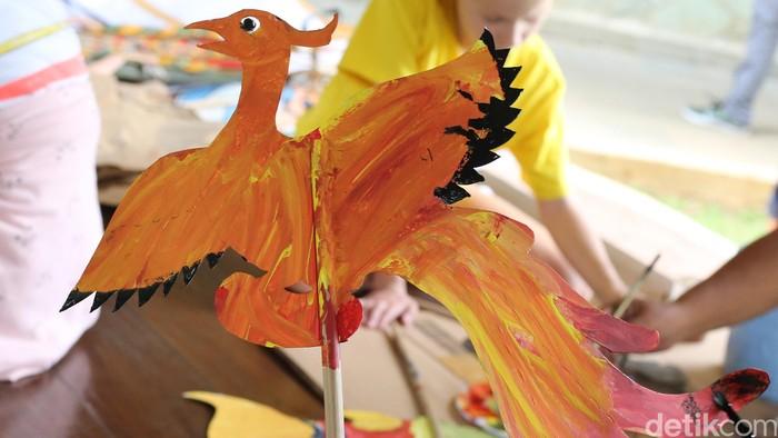 Para siswa-siswi  SD Jakarta Intercultural School (JIS) belajar memainkan wayang dan gamelan di kampus JIS Terogong, Kamis (2/11). Siswa-siswi dari berbagai negara tersebut terlihat antusias melihat dan berlatih memainkan wayang. Selain itu, para siswa diberi latihan kreatifitas membuat wayang dengan karakter fabel (dongeng binatang). Kegiatan ini menyambut Hari Wayang Dunia yang jatuh pada 7 November 2017 mendatang. (Foto: Ari Saputra/detikcom)