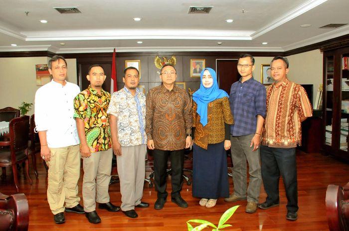 Ketua MPR Zulkifli Hasan dan pekerja tol (Dok. MPR)