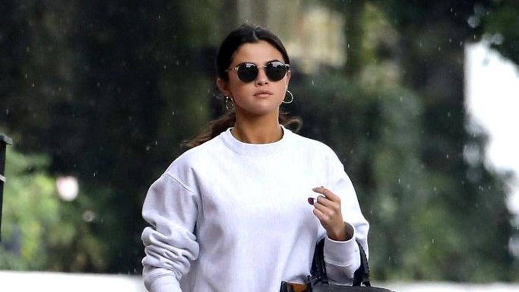 Foto: Lihat Lagi Gaya Boyish Selena Gomez Saat Pinjam Baju The Weeknd