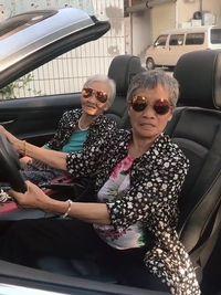 Duo Nenek Stylish Ini Jadi Viral karena Aksi Kocak dan Konyolnya