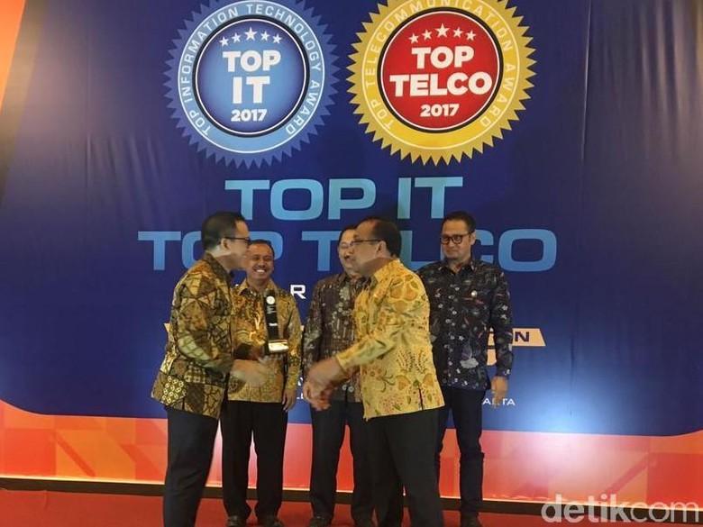 Bupati Banyuwangi Raih Penghargaan TOP IT dan Telco 2017
