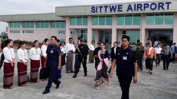 Suu Kyi saat berkunjung ke Rakhine