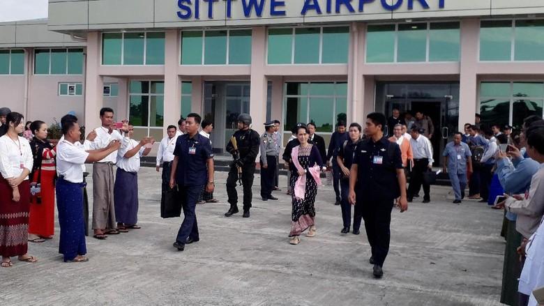 Foto: Saat Suu Kyi Mendadak Kunjungi Rakhine yang Dilanda Konflik
