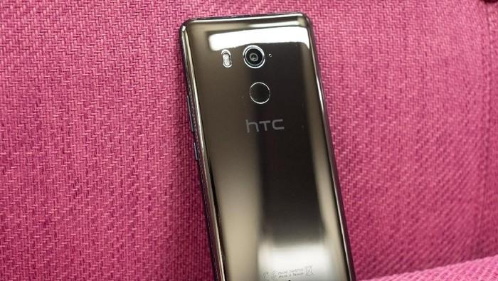 U11+, salah satu ponsel HTC yang akhirnya mendapat jadwal pembaruan ke Android 9 Pie. Foto: The Verge