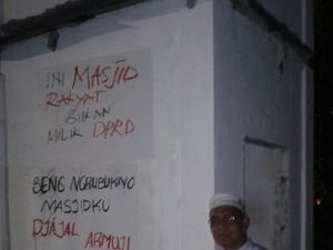 Poster Kecaman Bongkar Masjid Ditempel, Ansor: Etikanya Keliru