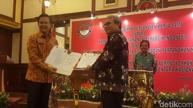 Sekjen Kementerian Pertahanan Marsekal Madya TNI Hadiyan Suminta dan Sekjen Agraria Tata Ruang Badan Pertahanan Nasional M. Noor Marzuki teken kerja sama penanganan aset