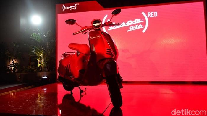Piaggio Indonesia kembali membawa skuter legendarisnya yakni Vespa 946 RED. Model edisi spesial hasil kolaborasi Vespa dengan (RED) Foundation ini dibanderol Rp 199 juta.