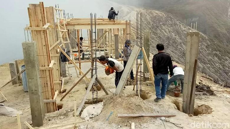 Foto: Pembangunan di Puncak Ijen (Ardian Fanani/detikTravel)